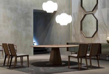 פינת אוכל יוקרתית: שולחן פינת אוכל עגול מעץ אגוז כהה, שלושה כיסאות לפינת אוכל, מזנון עץ ארוך, מראת קיר מעוצבת, מנורת תקרה יוקרתית ושטיח יוקרתי מעוצב