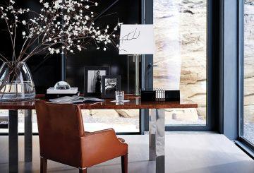 פינת עבודה: כיסא עור שולחן עבודה, מנורת שולחן, אגרטל זכוכית שקוף