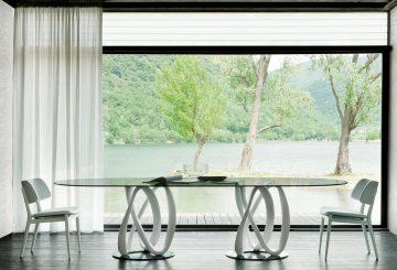 פינת אוכל יוקרתית: שולחן פינת אוכל אליפטי, שתי כיסאות לבנים לפינת אוכל