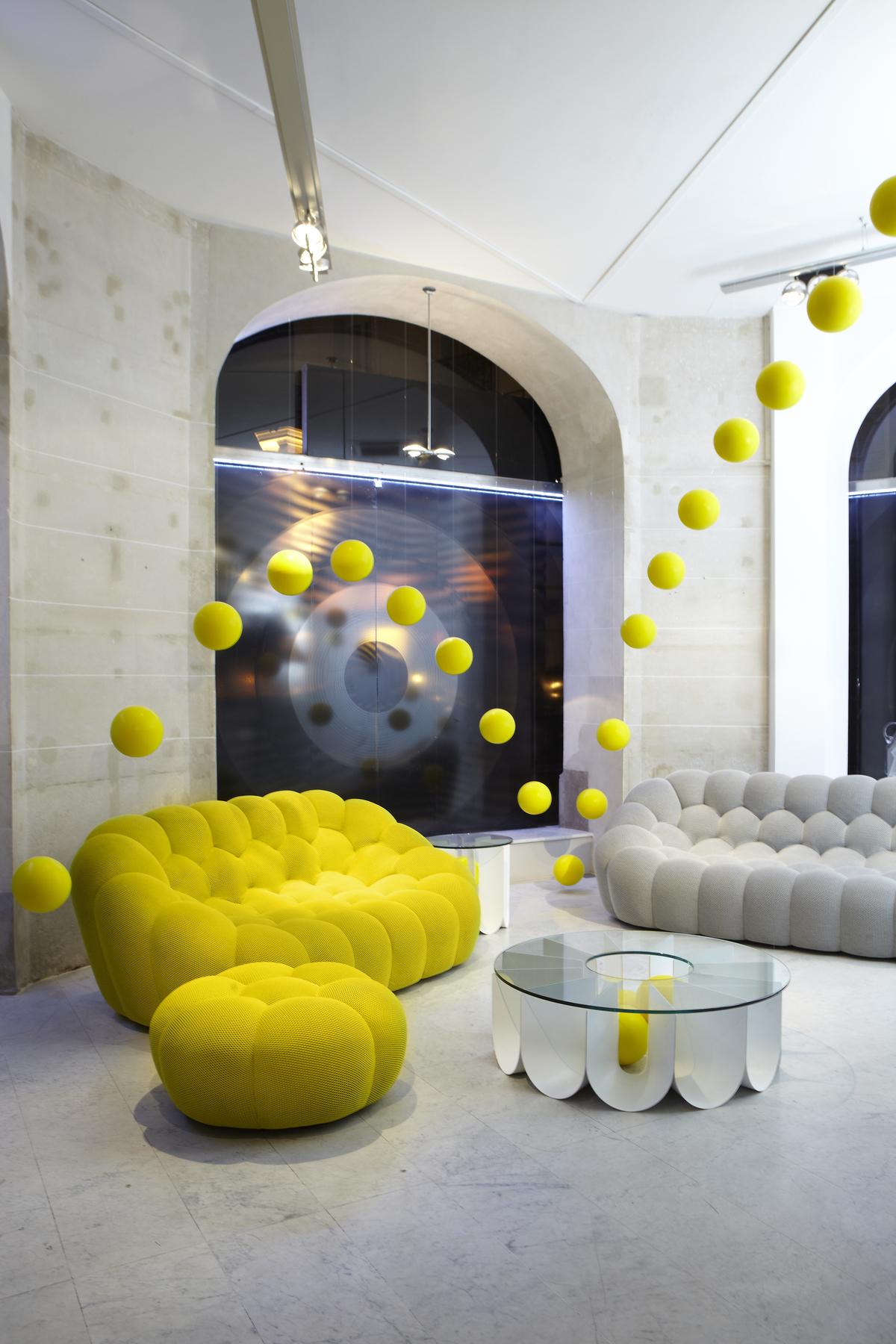 סלון יוקרתי: שתי ספות Bubble מבד צהוב ובד אפור ושולחן קפה משלים