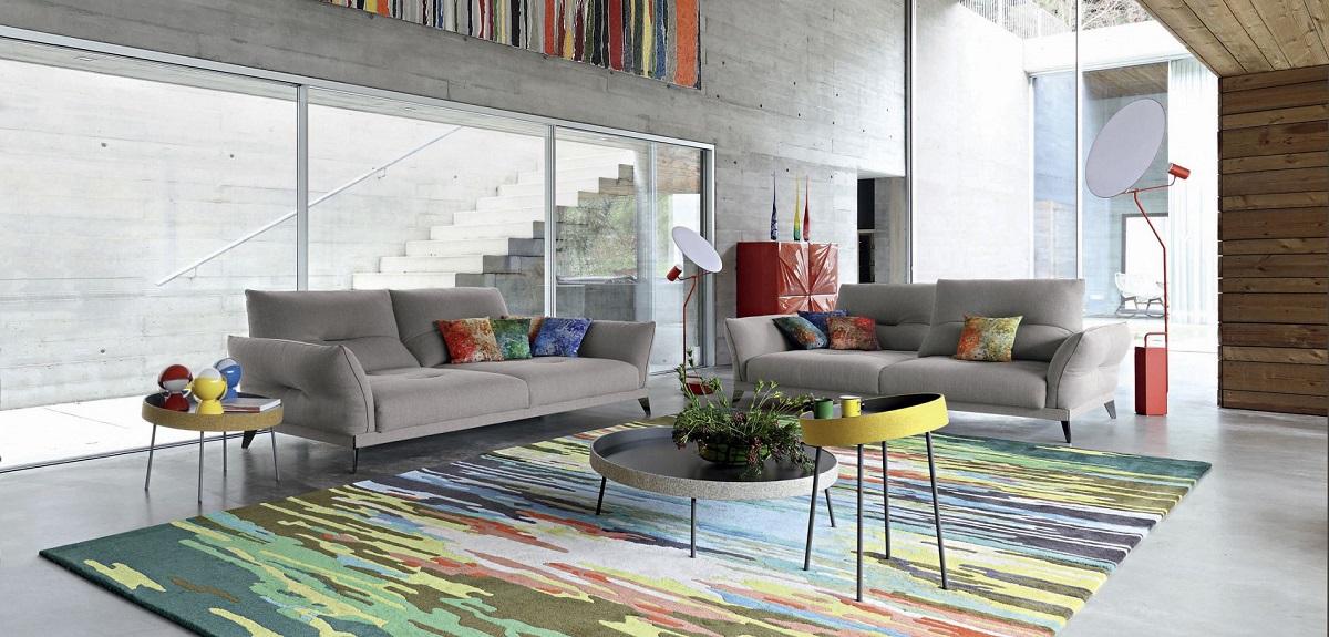סלון יוקרתי: שתי מערכות ישיבה Ltineraire בצבע אפור, שטיח יוקרתי ושולחן קפה