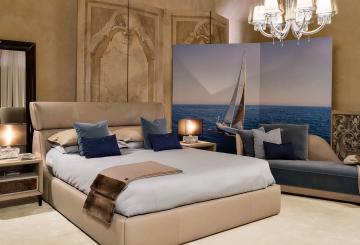 מיטת ענק זוגית, ספת אירוח, כריות כחולות, שידות צד, מנורות שולחן מחיצות מעוצבות