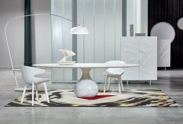 פינת אוכל יוקרתית: מנורת רצפה עם זרוע, שטיח יוקרתי, שני כיסאות לפינת אוכל, שולחן פינת אוכל מעוצב, ארון אחסון יוקרתי