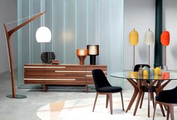 פינת אוכל יוקרתית: מחיצת זכוכית, מזנון עץ, מנורת רצפה עומדת, שולחן פינת אוכל, שלושה כיסאות יוקרתיים לפינת אוכל