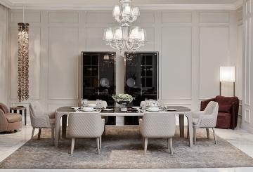 חדר אוכל ברוח בריטית, שולחן אוכל, כסאות לפינת אוכל, כורסאות, שתי מזנוני זכוכית ומנורת תקרה