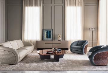 סלון בריטי עם ספה, שתי כורסאות עור, שולחן קפה, מזנון ומנורת רצפה עומדת