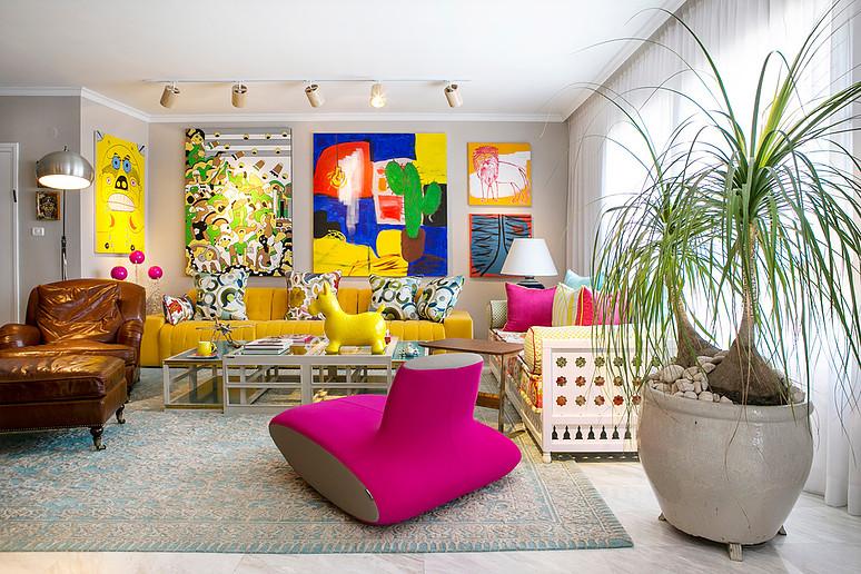 סלון יוקרתי: שטיח, ספה וכורסת עור חומה
