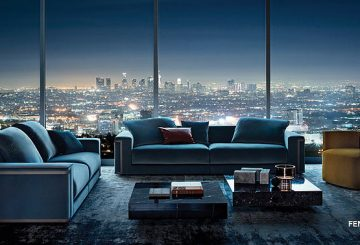 סלון יוקרתי: שטיח יוקרתי, שתי ספות בד כחולות, סט שולחנות קפה בצבע שחור בסגנון שיש, שתי כורסאות מרופדות בצבע חרדל