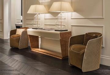 שולחן צד, כורסאות מרופדות ושתי מנורות יוקרתיות בצבעי חום, בז' ועץ