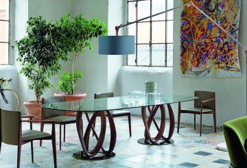 פינת אוכל יוקרתית מעוצבת: שולחן זכוכית עגול לפינת אוכל וארבעה כיסאות מרופדים לפינת אוכל