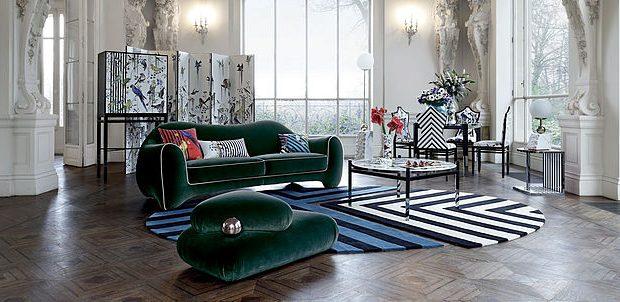 סלון יוקרתי עם ספה מעוצבת בכחול כהה, שטיח מעוצב ושולחן קפה
