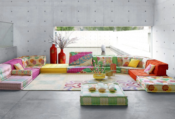 זולה יוקרתית: שטיח יוקרתי, מערכת ישיבה נמוכה בצורת ח ושני אגרטלים יוקרתיים