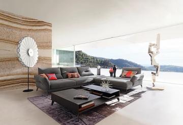 חדר אירוח ענק ומרווח: שטיח יוקרתי, שולחן קפה מעוצב, ספת ר, מנורת רצפה עומדת