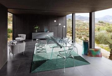 פינת אוכל יוקרתית מזכוכית: שולחן פחינת אוכל זכוכית שקופה, שישה כיסאות שקופים, שתי כורסאות בד אפור, שולחן קפה ומזנון יוקרתי