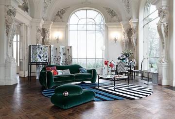 חדר אירוח מעוצב סגנון רוקוקו: ספת בד בצבע ירוק כהה, שטיח מעוצב, שולחן קפה, פינת אוכל עם ארבעה כיסאות מפוספסים בשחור ולבן