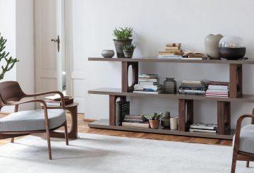 פינת קריאה יוקרתית: שני כיסאות מרופדים מעץ, שטיח יוקרתי וספריית עץ אגוז